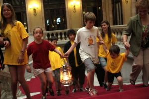 Varios niños llevan la Flama del Canigó al Parlament de Cataluña en el San Juan del 2013